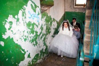 Девушка провела ночь после своей свадьбы в подъезде