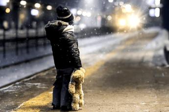 Ребенок один ночью на улице