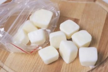 Увидела как свекровь замораживает молоко в форме для льда. Узнала для чего она так делает