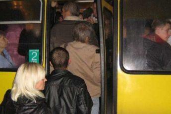 Огромная женщина залезает в салон автобуса. То, что сказал один с пассажиров через 2 остановки, рассмешило всех!